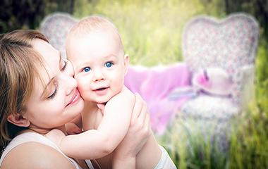 부모의 부드러운 손길은 아이의 고통을 줄인다.