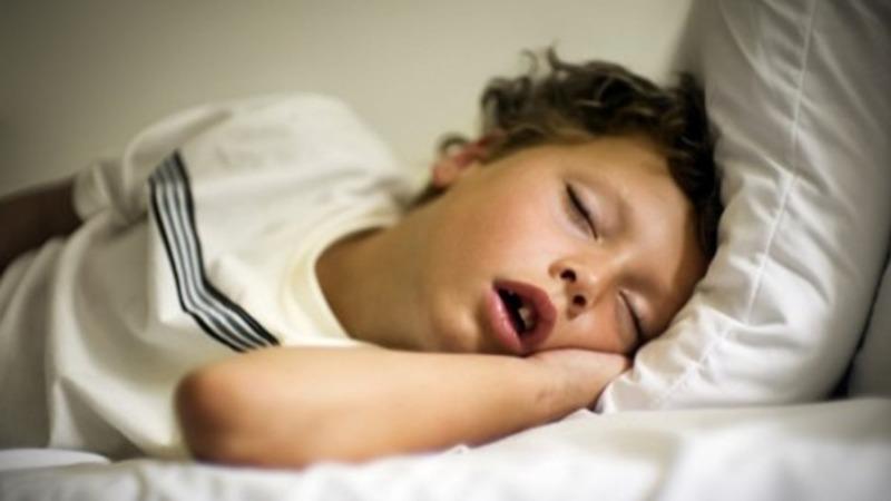입을 열고 자는 아기, 수면장애로 고생하고 있을 수 있다