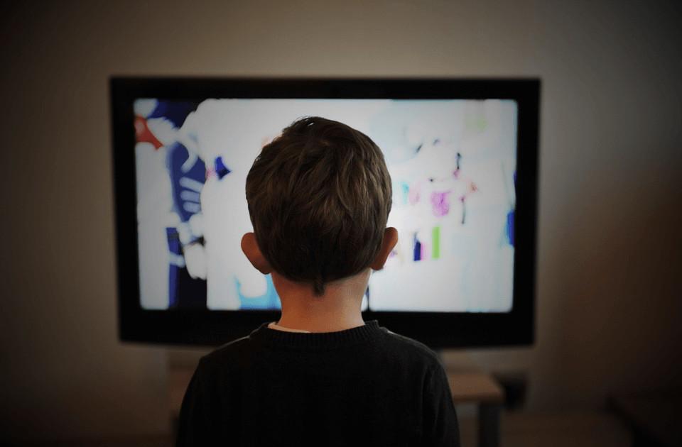 침실 TV가 유아 발달을 방해합니다.