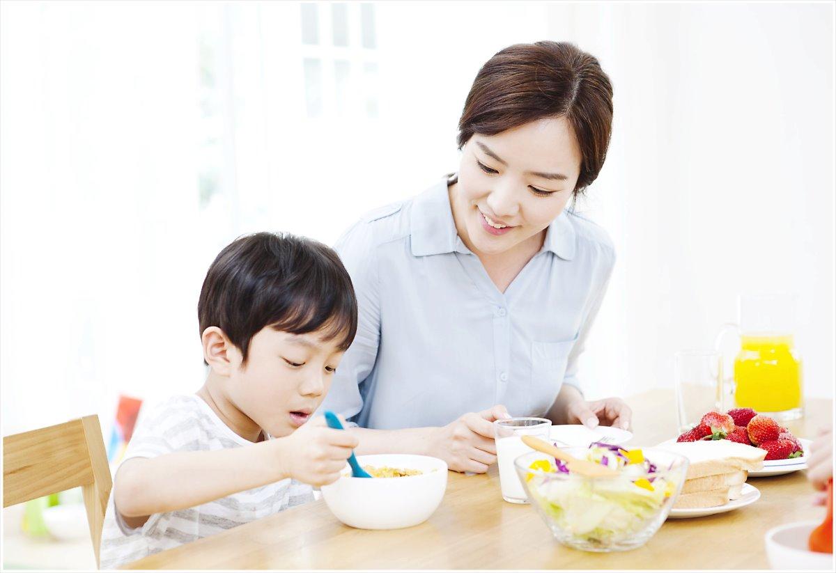 가족과 함께하는 아침 식사가 아이의 긍정적인 자아 형성