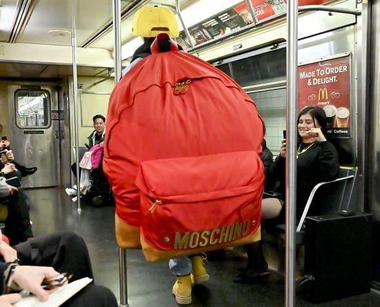 지하철에서 개빡치게 하는 모스키노 신상 가방