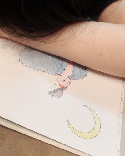 색칠공부하다 잠들어버린 여자친구 엄지 ㅋㅋ