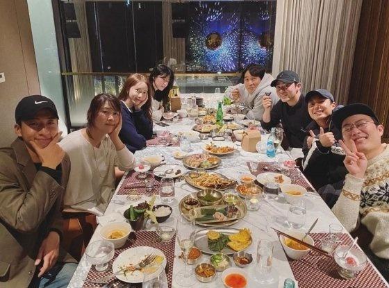 영화 엑시트 배우들 송년회 모습