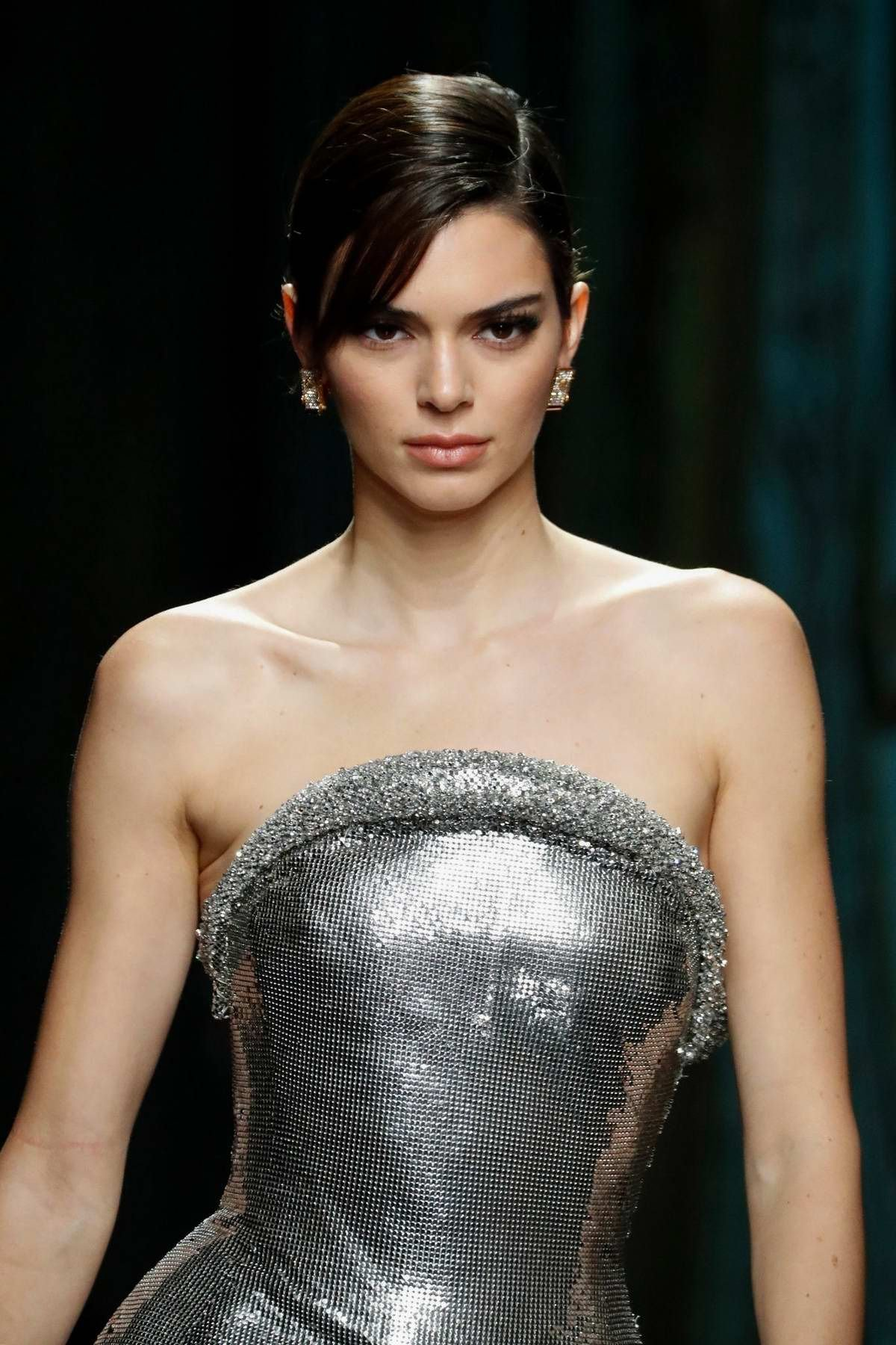 kendall-jenner-walks-the-runway-at-the-versace-fashion-show-f-w-2020-during-milan-fashion-week-in-milan-italy-200220_22.jpg