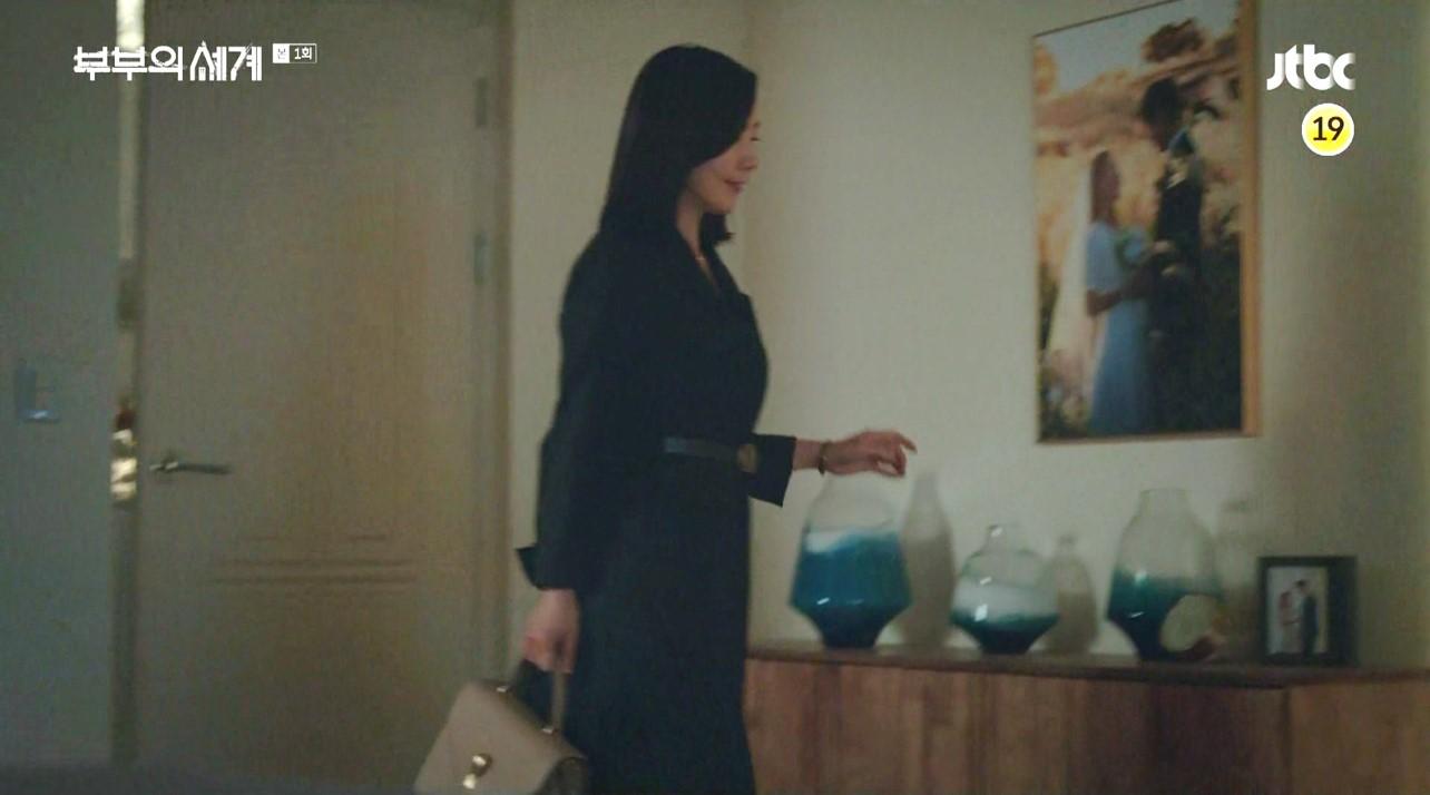 부부의 세계 김희애 가방 포인트 패션 엣지있네요