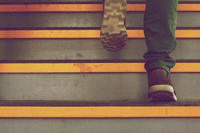 계단을 밟아서라