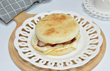 잉글리쉬 머핀 샌드위치 브런치 메뉴 맥도날드 베이컨 에그