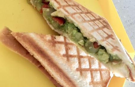 아보카도 요리 - 과카몰리 스모크 치즈 샌드위치